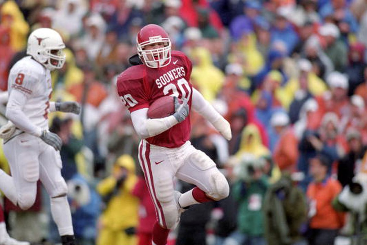 7 Oct 2000: Rocky Calmus #20 of the Oklahoma Sooners runs as he grips the ball during a game agaist the Texas Longhorns at the Cotton Bowl in Dallas Texas. The Sooners defeated the Longhorns 63-14. (Ronald Martinez /Allsport)