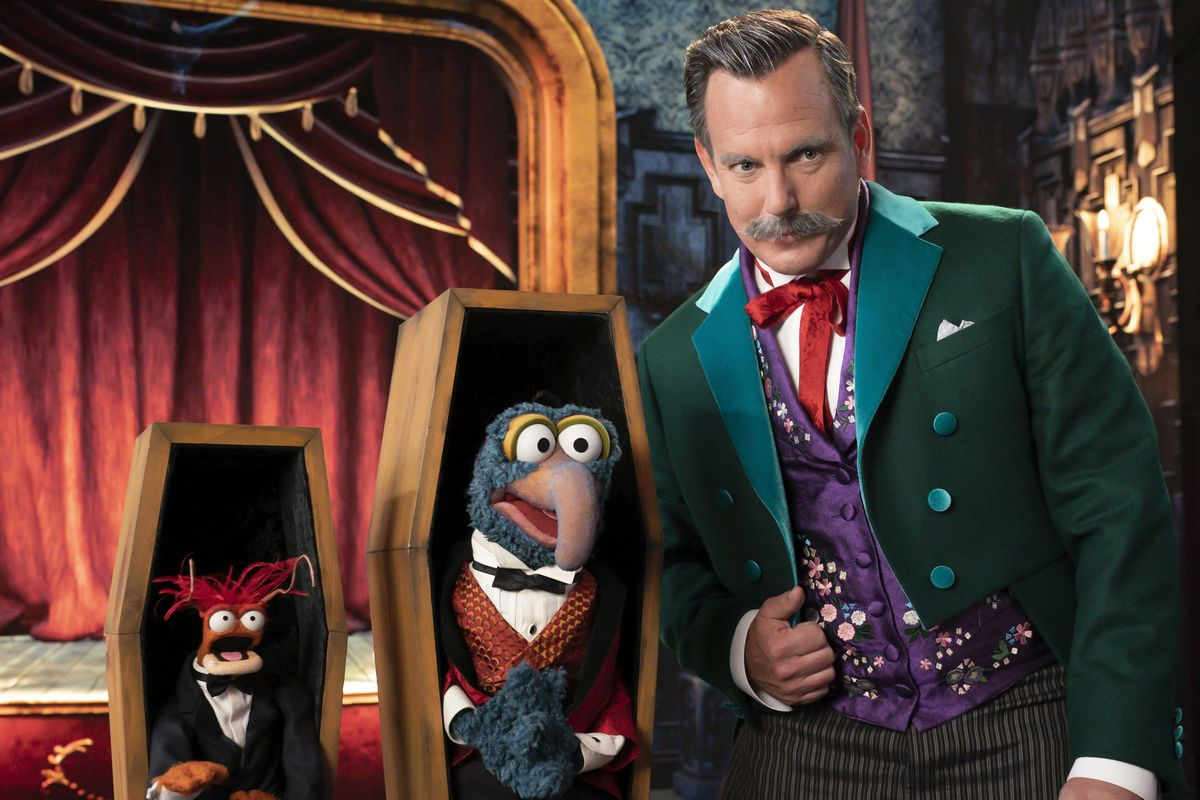pepe the prawn and gonzo the great stand with ghost host will arnett in the muppets haunted mansion