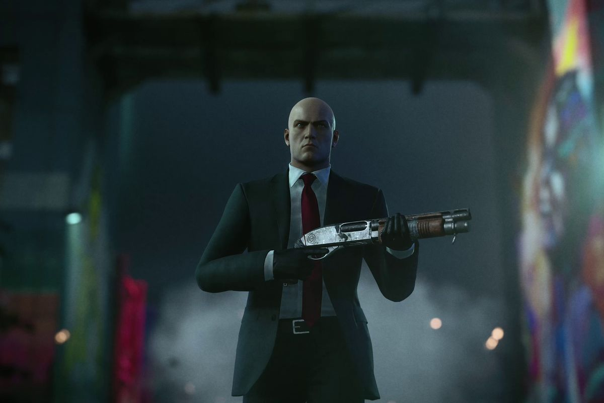 Agent 47 wearing his classic suit holding a shotgun in Hitman 3