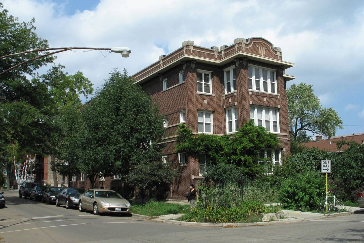 Classic Chicago Two Bedroom In Albany Park Rents For