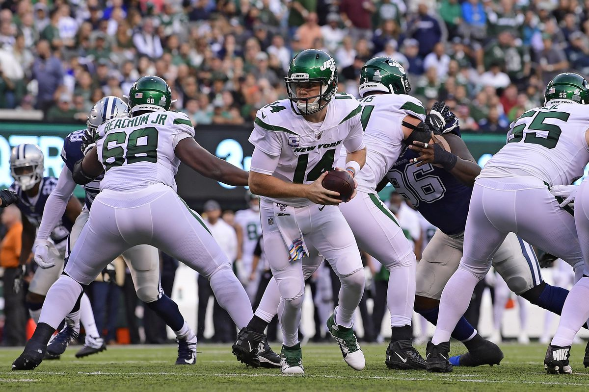 Sam Darnold of the New York Jets runs the play against the Dallas Cowboys at MetLife Stadium on October 13, 2019 in East Rutherford, New Jersey.
