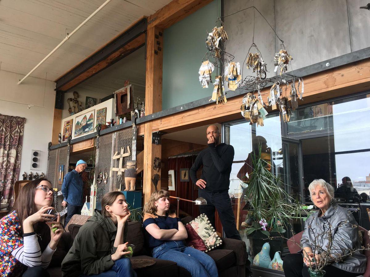 Susann Craig (derecha) con los estudiantes a los que invitó a almorzar y hacer un recorrido por su hogar lleno de arte.
