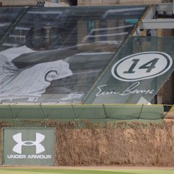 7:43 p.m. Ernie Banks tribute in right field -