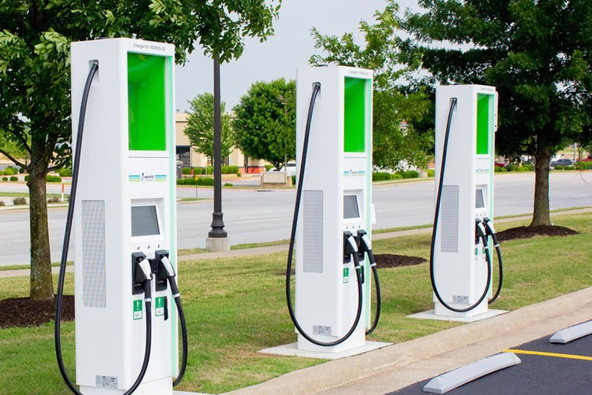 Walmart Gas Station Near Me >> Walmart Parking Lots Are Perfect For Electric Vehicle Chargers Curbed