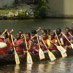 Children learning how to race dragon boats in the Chicago River near Ping Tom Park.   Sun-Times Archives.