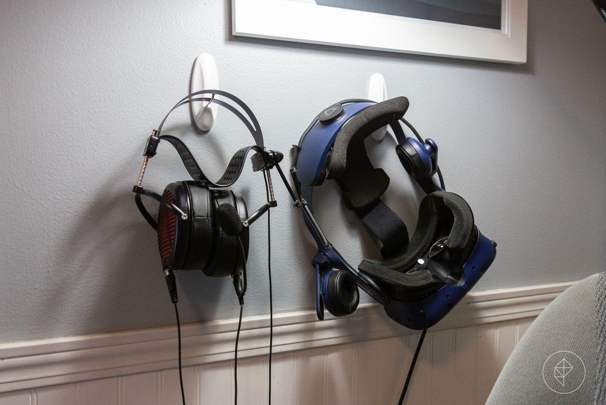 Headphones and VR headset