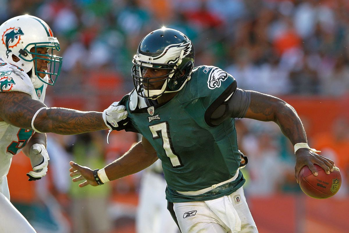 MIAMI GARDENS, FL - DECEMBER 11:  Michael Vick #7 of the Philadelphia Eagles scrambles during a game against the Miami Dolphins at Sun Life Stadium on December 11, 2011 in Miami Gardens, Florida.  (Photo by Mike Ehrmann/Getty Images)