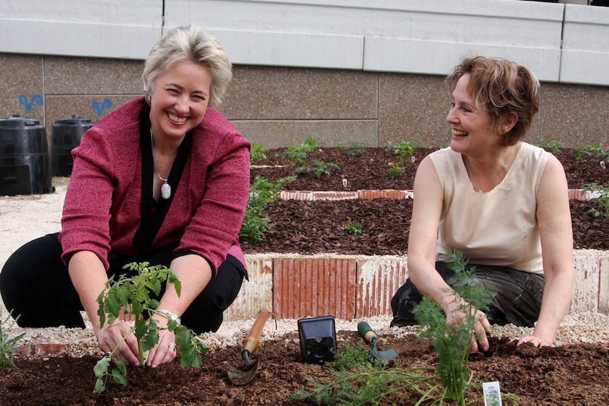 Mayor Annise Parker (left), Alice Waters (right).