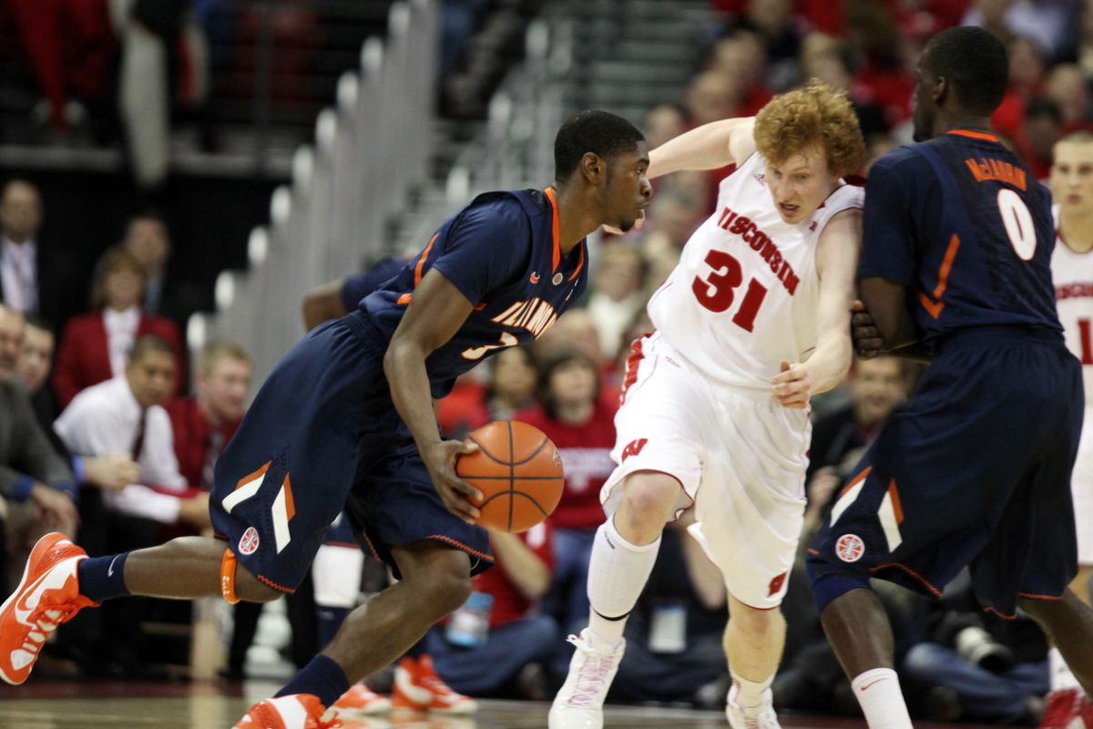 Mike Bruesewitz had four-tap outs to keep rebounds alive on the offensive end Saturday for Wisconsin.