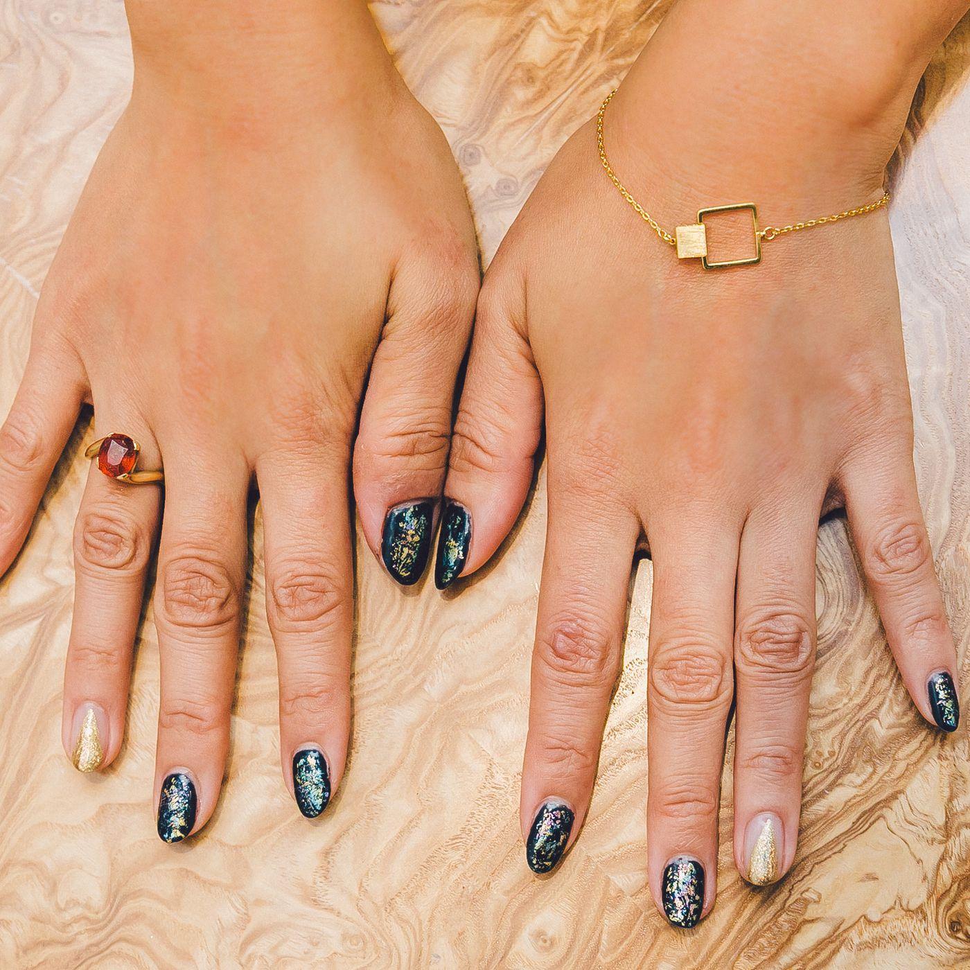 Code nail polish femme flagging Trendy or