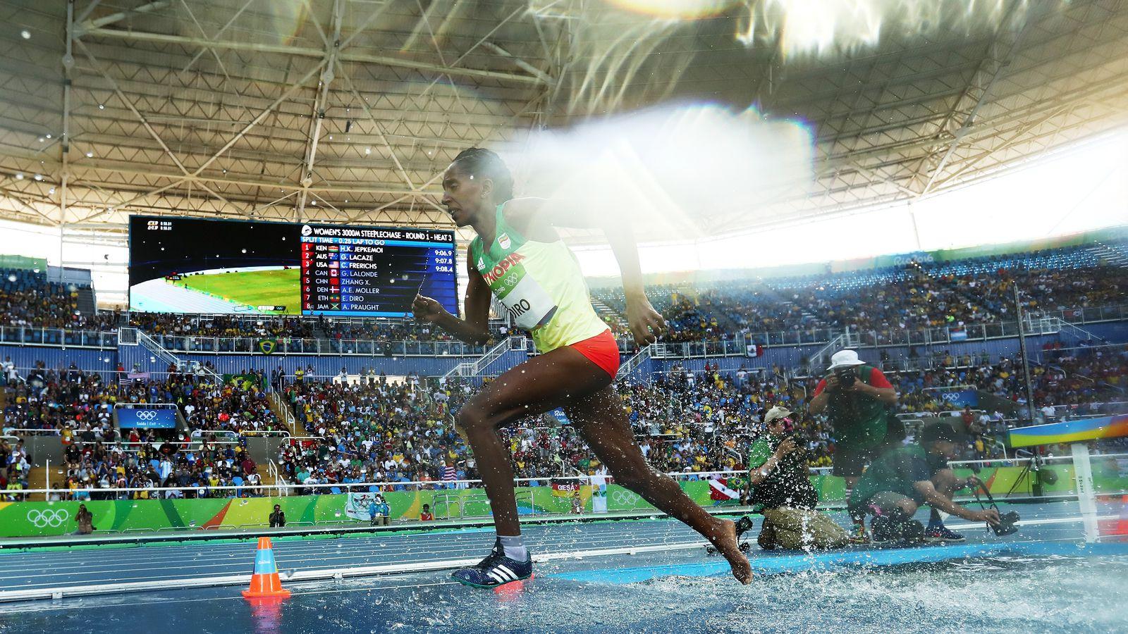 奥运选手在比赛中失去一双鞋后拒绝退出