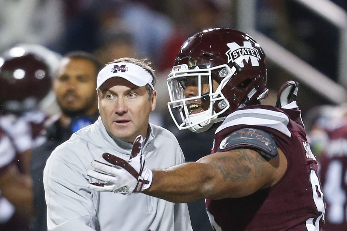 Mississippi State Bulldogs DT Jeffery Simmons talks with HC Dan Mullen against the Ole Miss Rebels, Nov. 23, 2017.