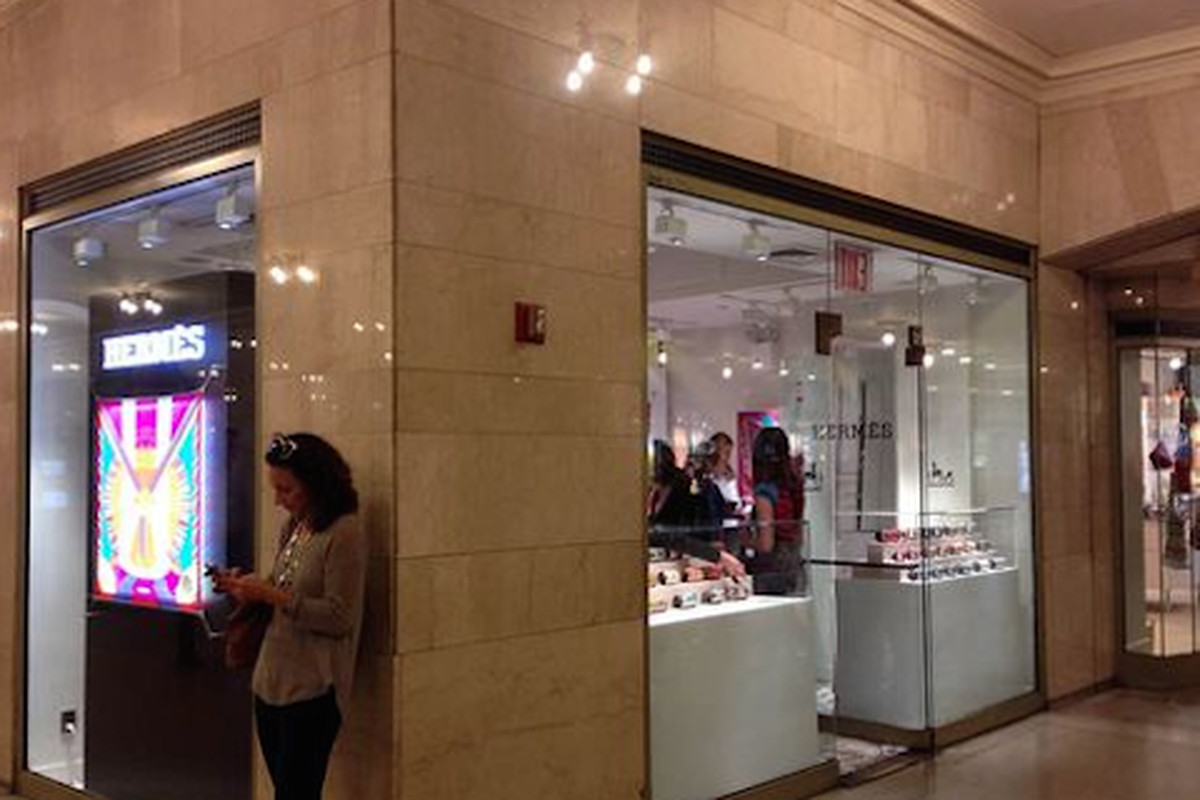 """Image via <a href=""""http://theshophound.typepad.com/the_shophound/2014/09/commuter-luxury-there-is-now-an-herm%C3%A8s-store-in-grand-central-terminal.html"""">The Shophound</a>"""