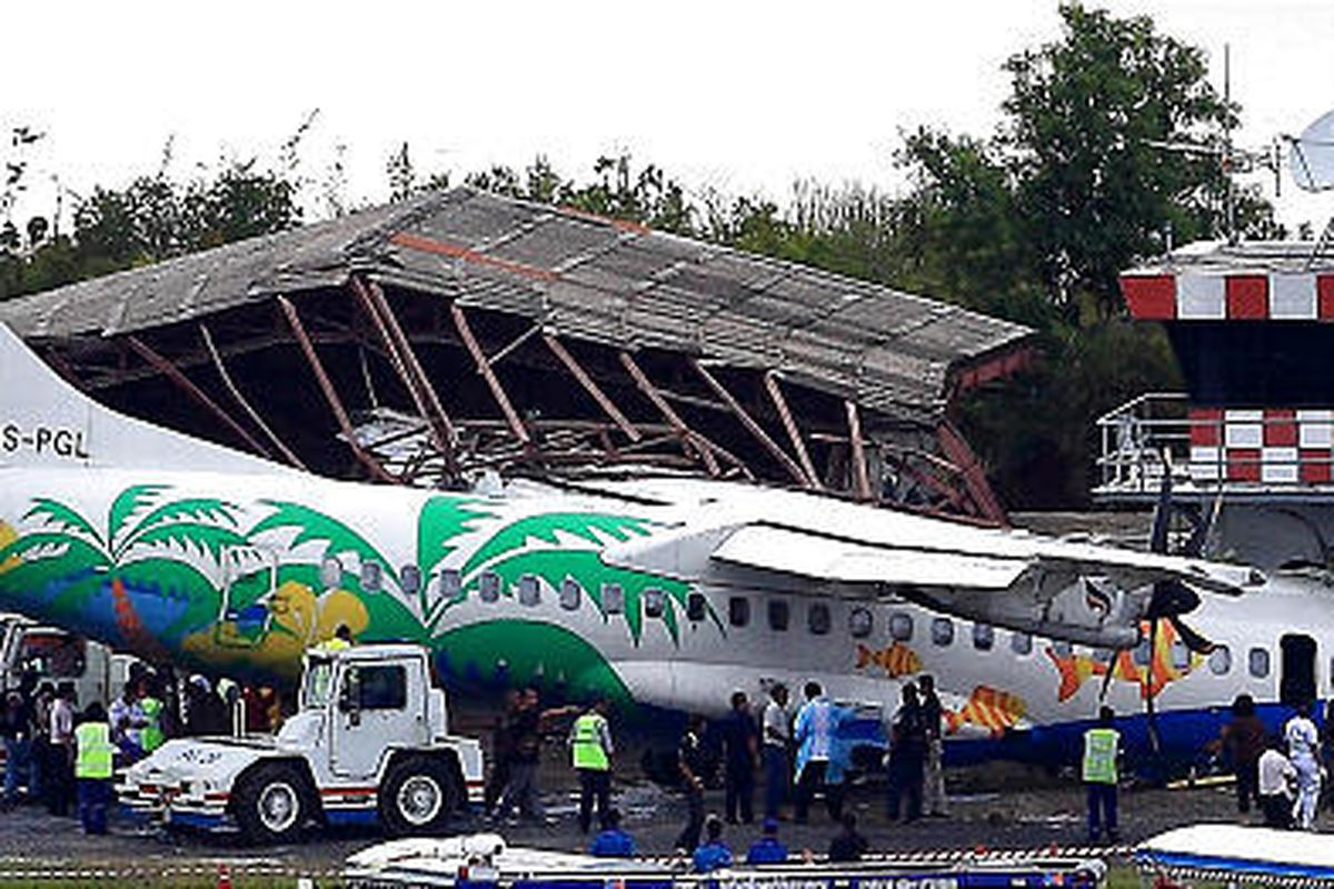 Workers inspect a Bangkok Airways aircraft after it skidded off the runway on Thailand's Samui island.