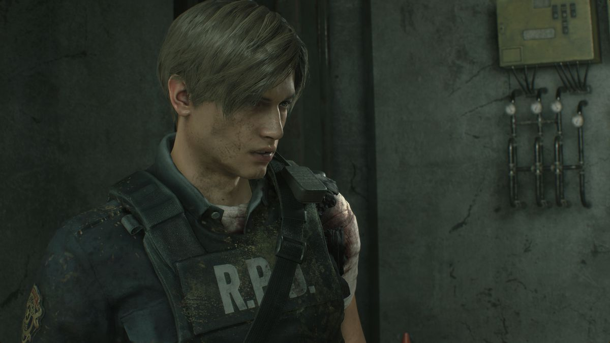A wounded, dirt-caked Leon Kennedy stands in an underground facility in a screenshot from the Resident Evil 2 remake.