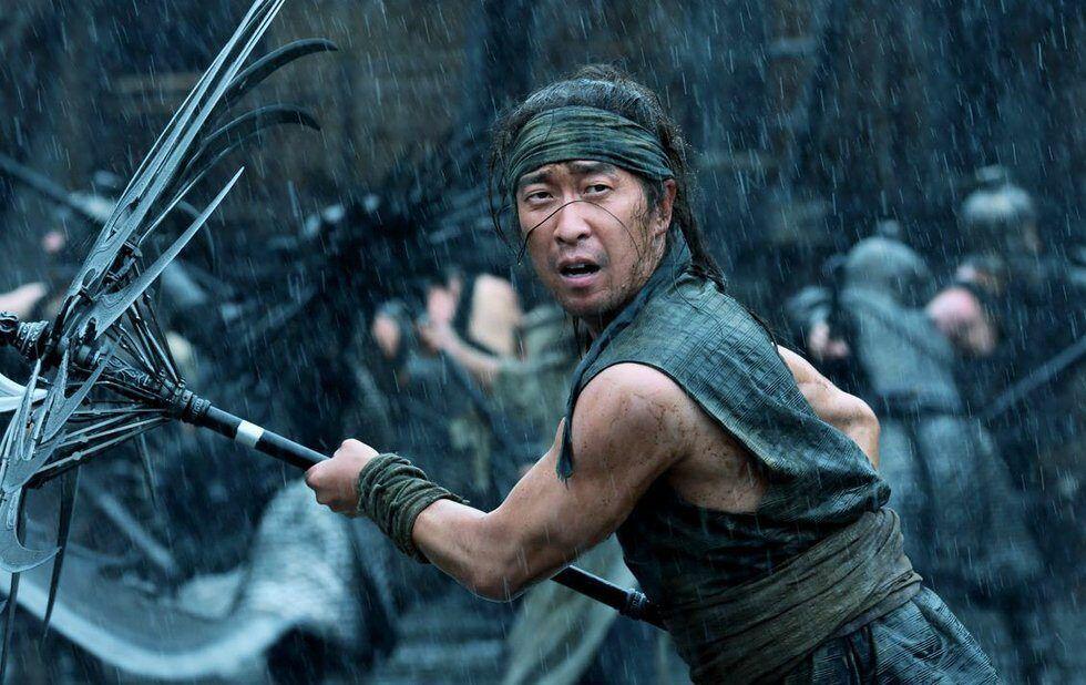 Jingzhou (Deng Chao) using the Pei kingdom's weaponized metal umbrella in Zhang Yimou's Shadow