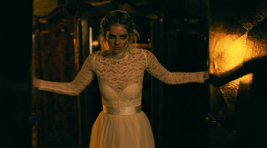 Samara Weaving in Ready or Not, wearing a wedding dress and looking angry.