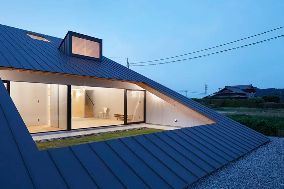 Sloping roof with courtyard