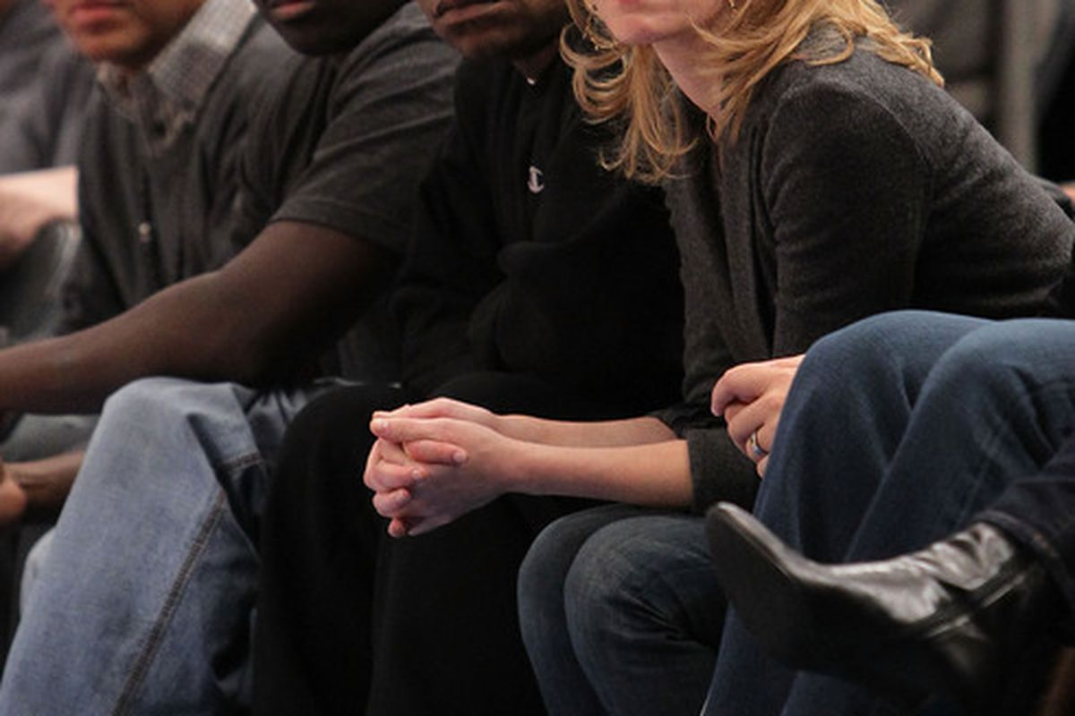 Comedian Tracy Morgan and actress Elizabeth Banks look on during the game between the New York Knicks and the Portland Trail Blazers at Madison Square Garden on October 30 2010 in New York City. (Photo by Nick Laham/Getty Images)