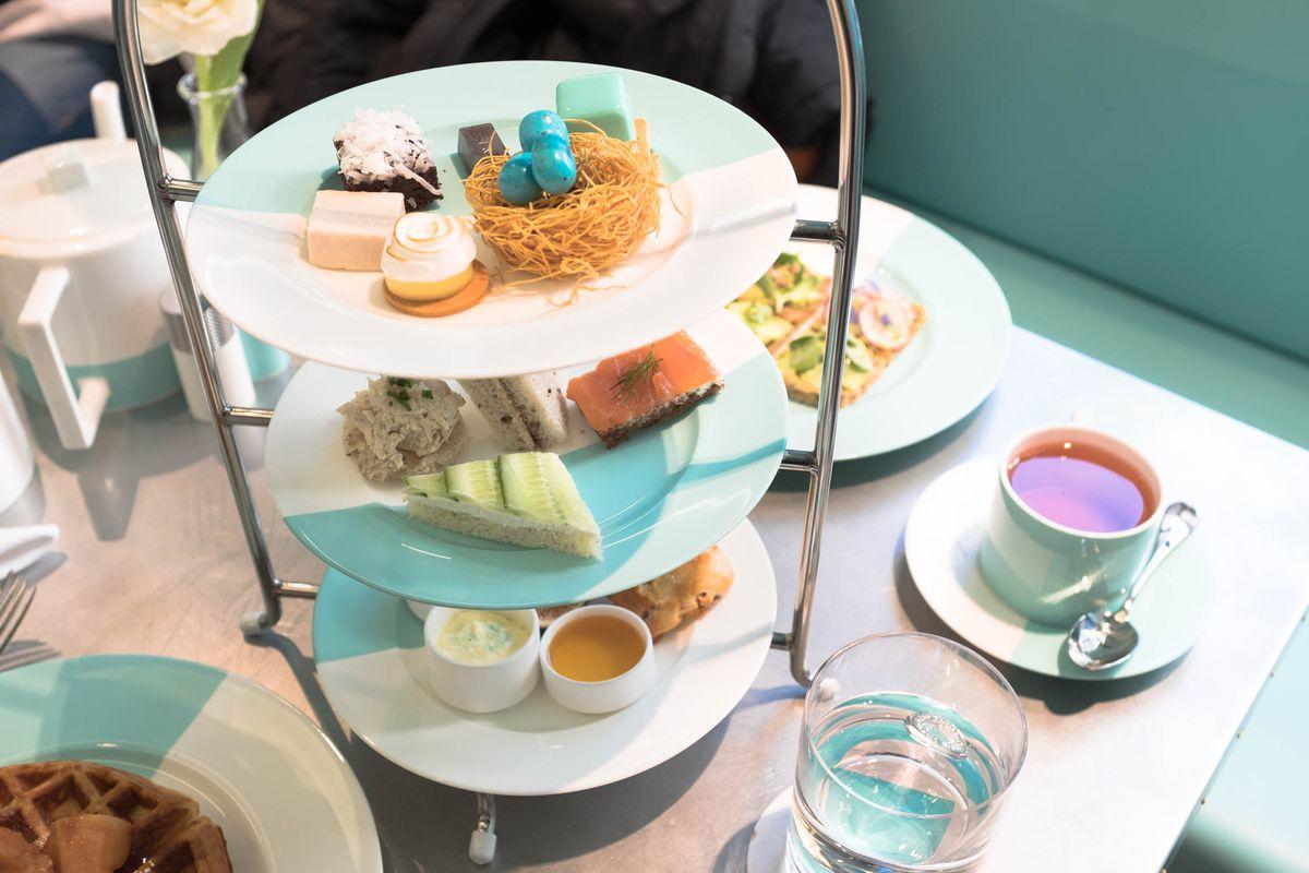 Kourtney kardashian ate breakfast at tiffany s eater ny for Breakfast at tiffany s menu