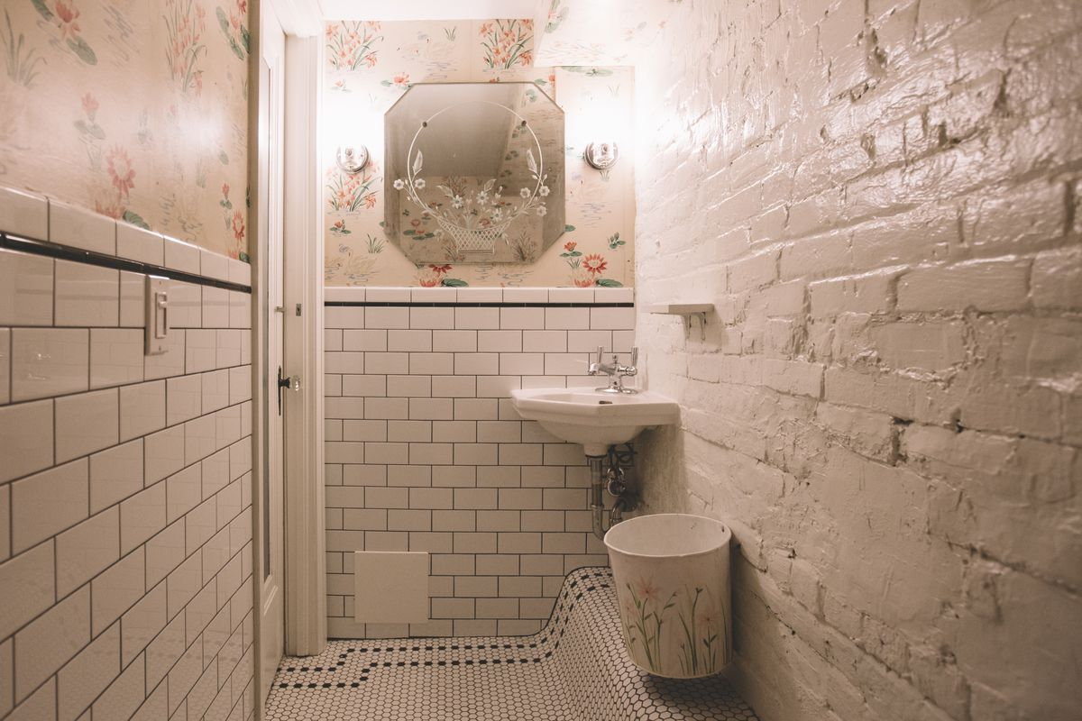 The washroom at Le Swan