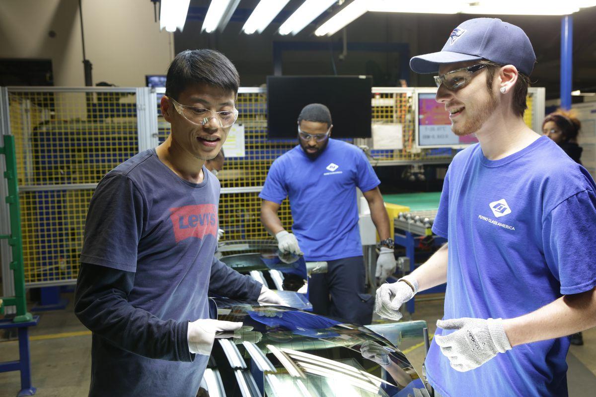Công nhân trên sàn nhà máy tại American Factory.