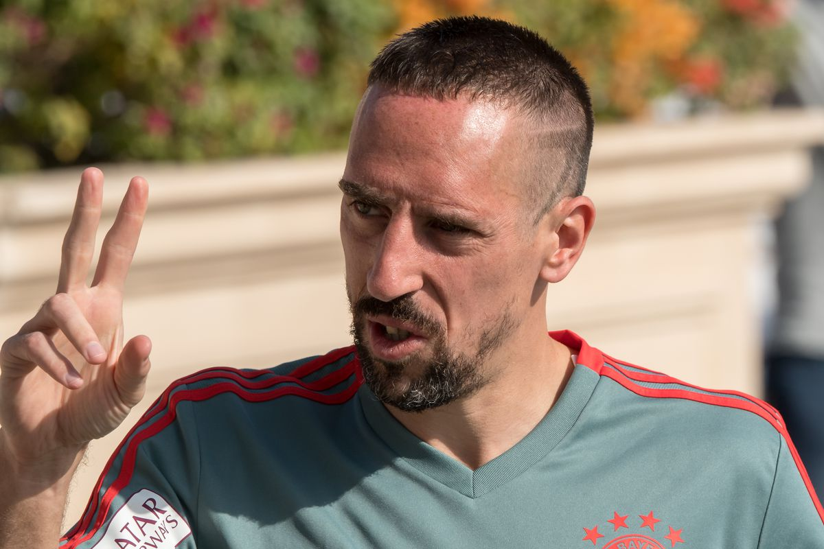 09 January 2019, Qatar, Doha: Soccer: Bundesliga, training camp FC Bayern Munich: Franck Ribery goes to the training area in the morning before the start of the practice session and makes the Victory sign. FC Bayern will stay in the desert city until 10.01.2019 for their training camp.