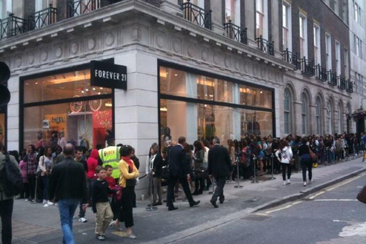 "The line outside Forever 21's grand opening in London, via <a href=""http://yfrog.com/h0w5hnkj"">@wgsn</a>"