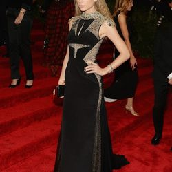 Taylor Swift in J. Mendel and crimped hair