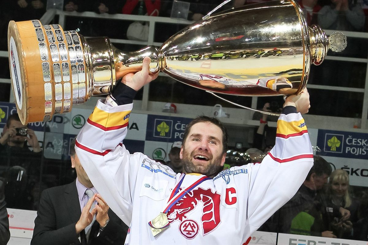 Radek Bonk, freed from his mullet, celebrates with the trophy for funniest Senators blog.