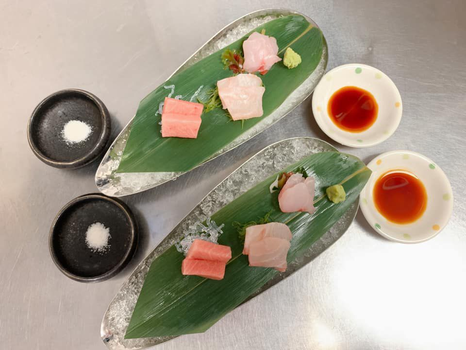 Six pieces of sushi on two banana leaves