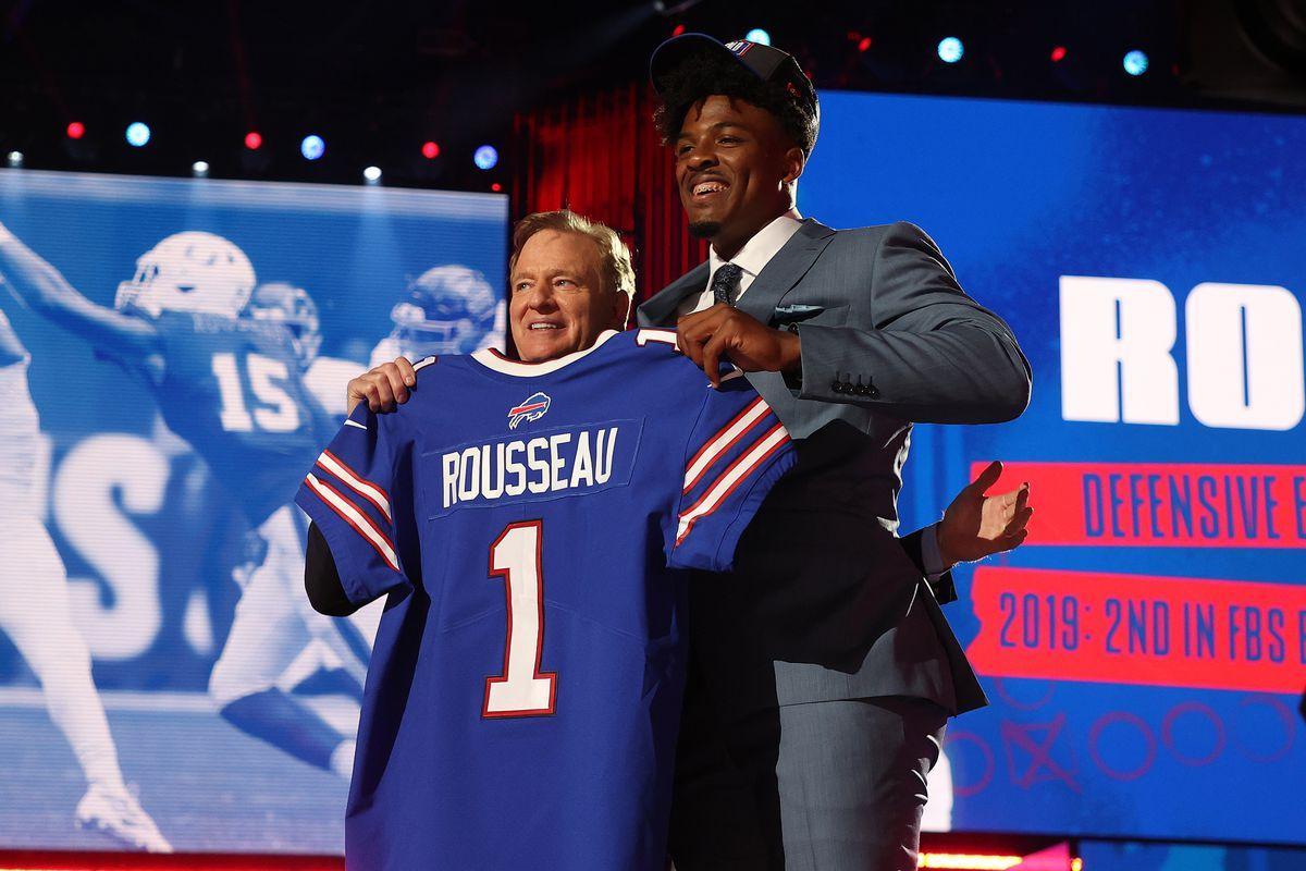 Draft de la NFL 2021: Gregory Rousseau con el comisionado de la NFL Roger Goodell en el escenario