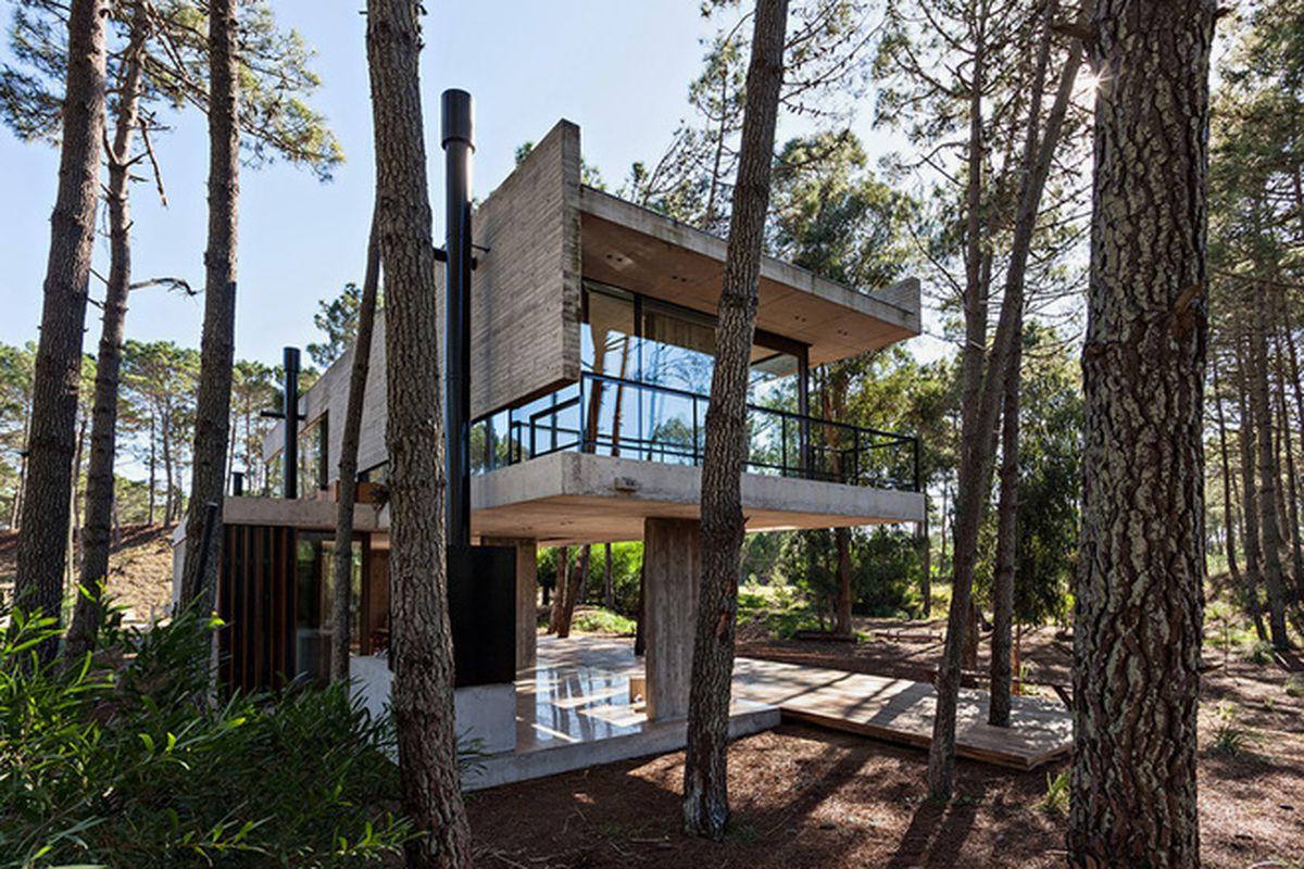 "Photos by <a href=""http://albanogarcia.com.ar/en"">Albano Garcia</a> via <a href=""http://www.designboom.com/architecture/atv-arquitectos-casa-marino-house-pinamar-argentina-09-04-2015/"">Designboom</a>"