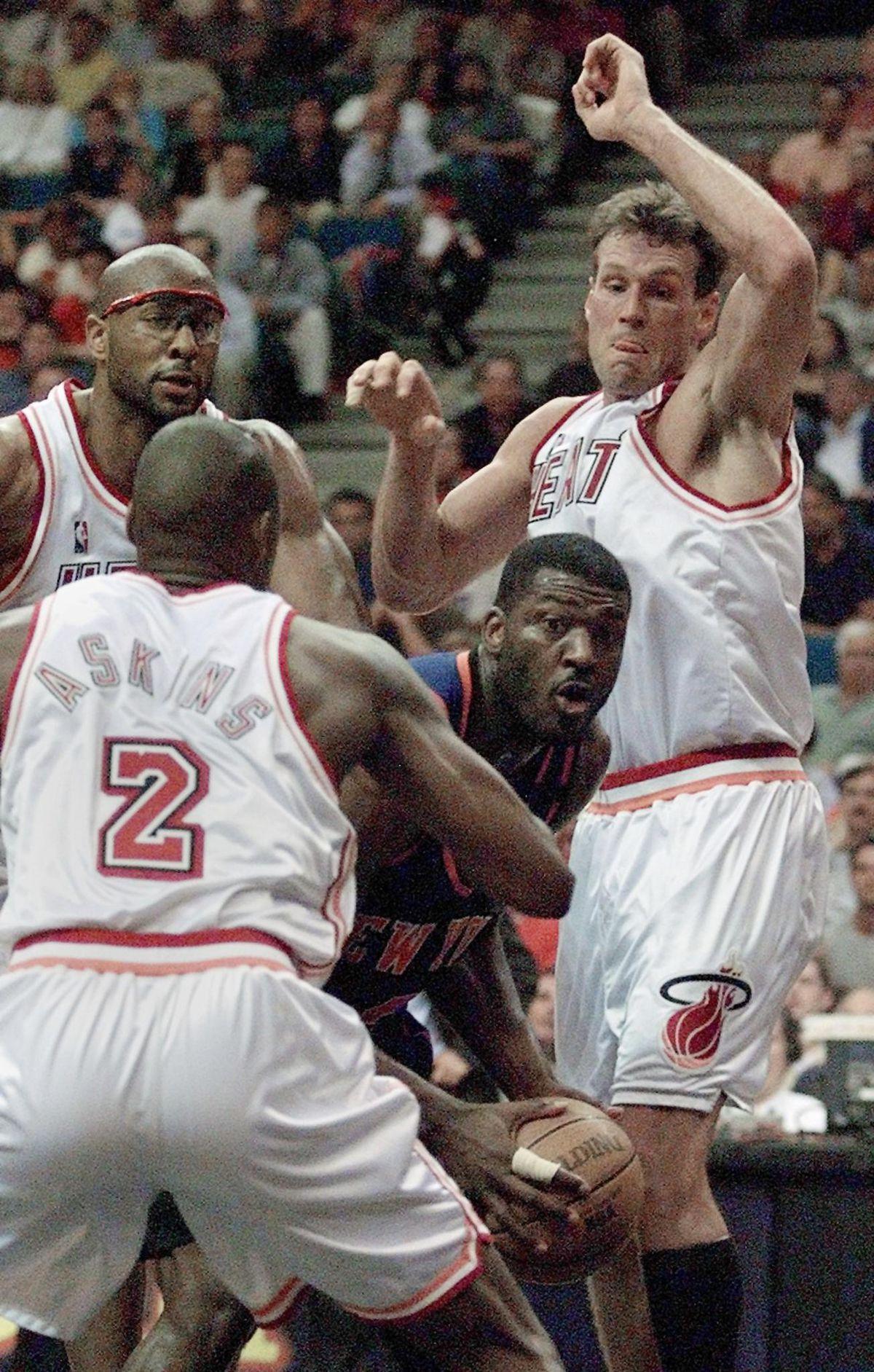 Larry Johnson (C) of the New York Knicks is surrou