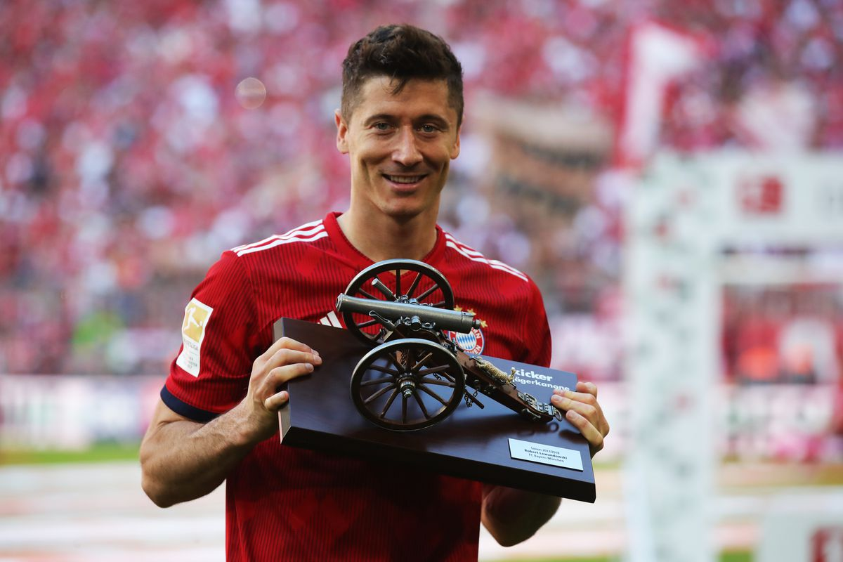 MUNICH, GERMANY - MAY 12: Robert Lewandowski of Bayern Muenchen celebrates with the award for top goal scorer in the Bundesliga during the Bundesliga match between FC Bayern Muenchen and VfB Stuttgart at Allianz Arena on May 12, 2018 in Munich, Germany.