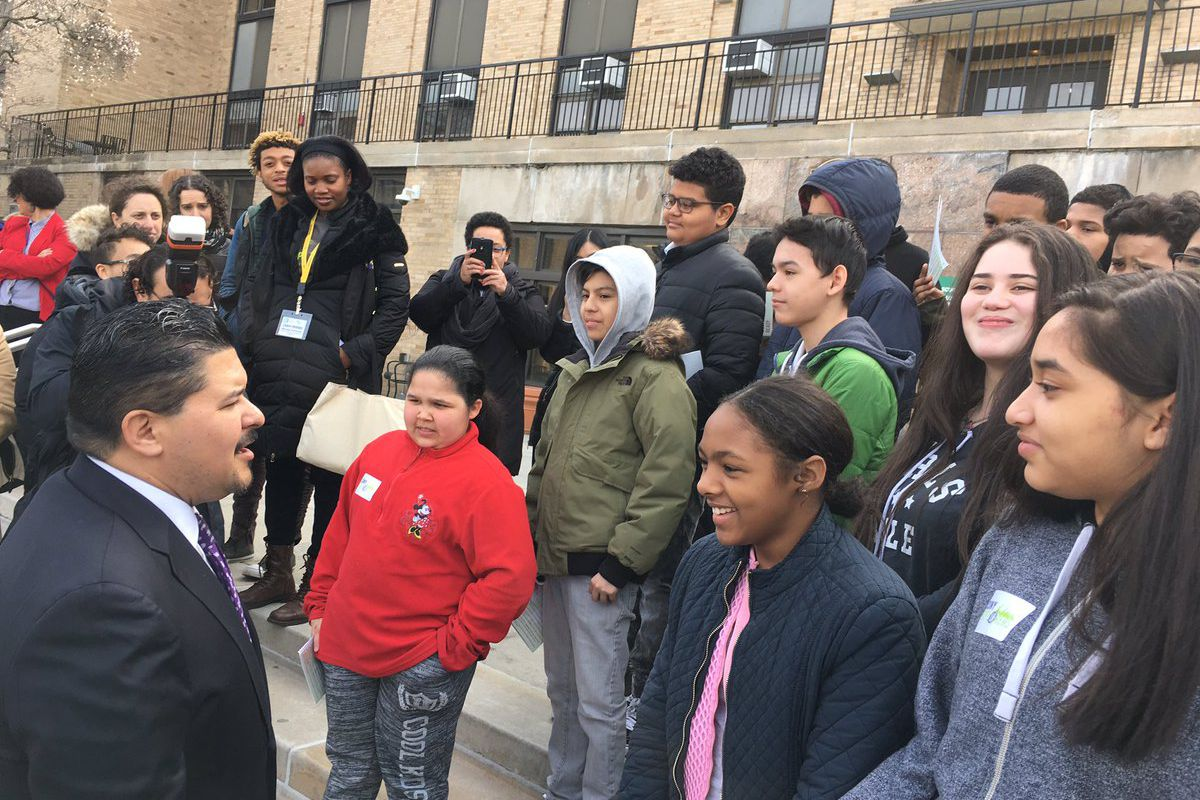 Chancellor Richard Carranza meets with middle school students on a college tour.