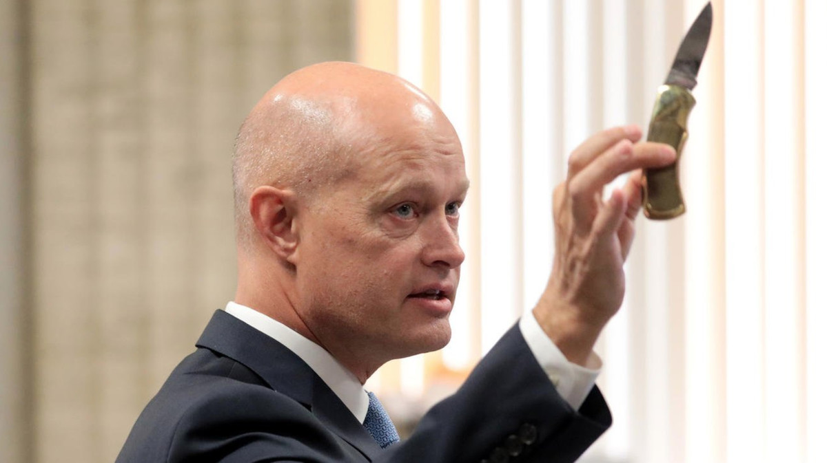 Special Prosecutor Joe McMahon shows the jury during his opening statement the knife Laquan McDonald held before he was shot. | Antonio Perez/Chicago Tribune pool photo