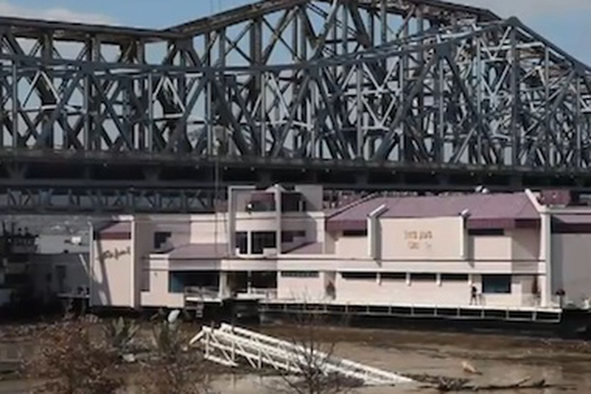 Watch A Floating Restaurant Get Towed Up The Ohio River Eater