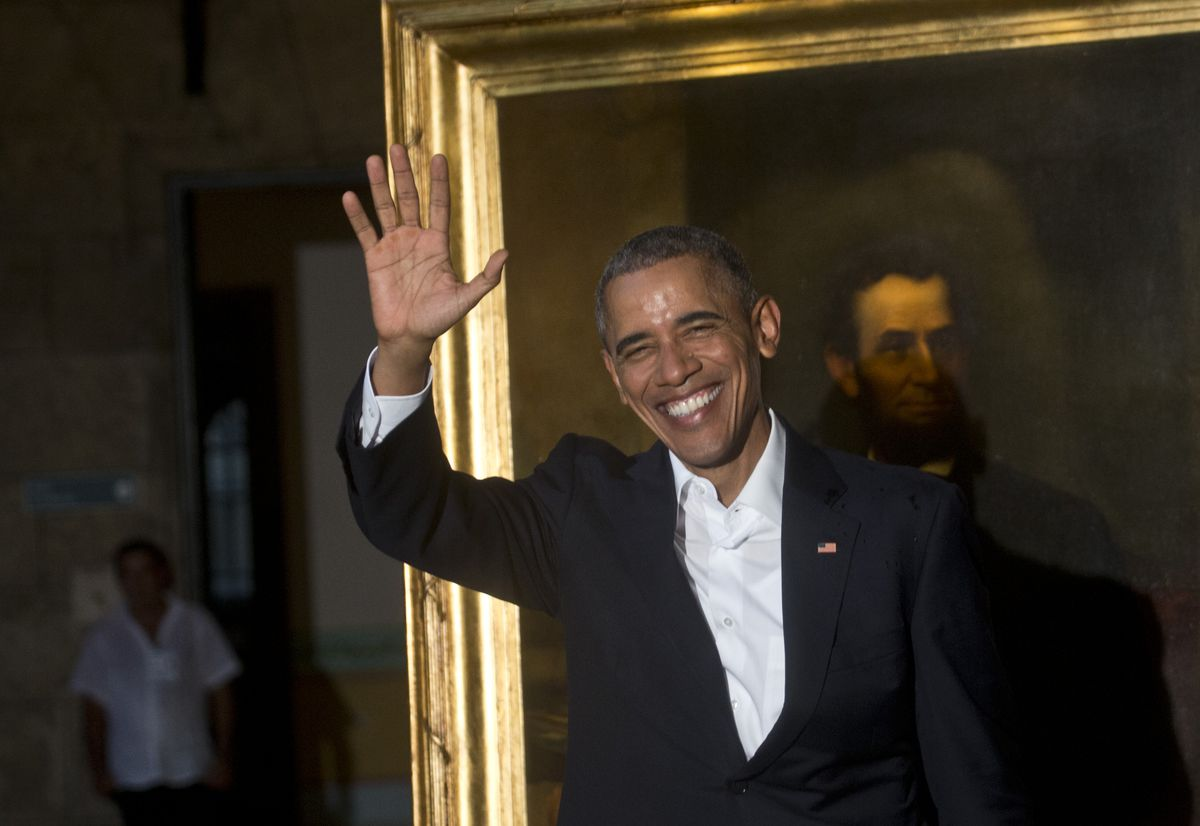 Obama waving next to portrait of Lincoln