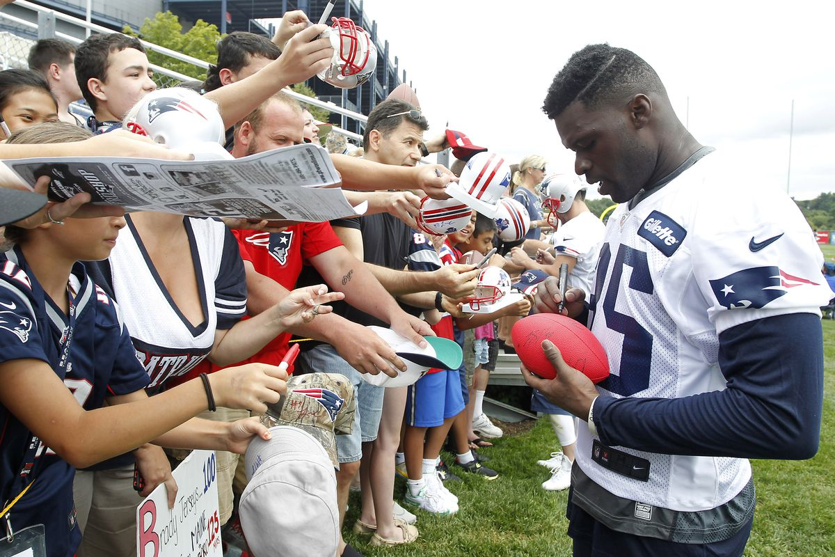Kenbrell Thompkins signs autographs for fans