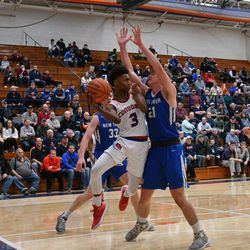 Curie's DaJuan Gordon (3) passes the ball back out, Friday 12-28-18. Worsom Robinson/For Sun-Times