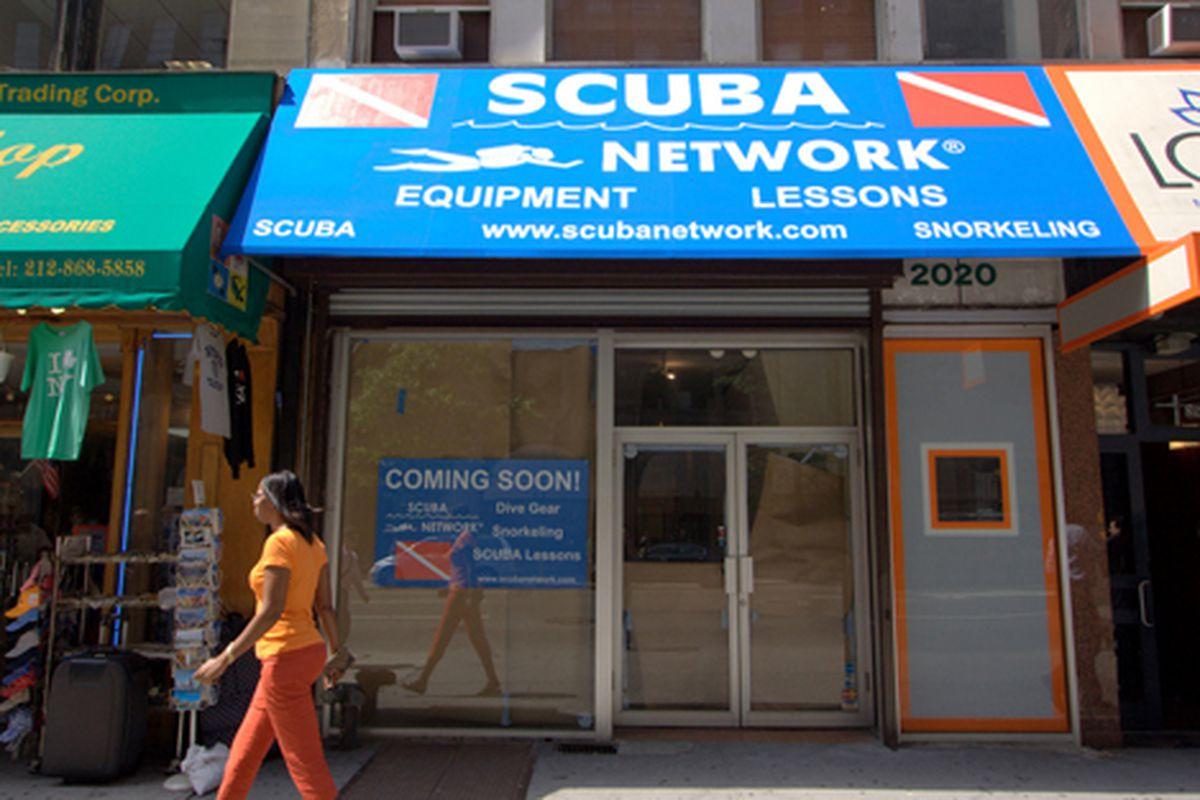 "Scuba gear in midtown.  <a href=""http://testofwill.blogspot.com/"">Femia</a>, 8/26/09"