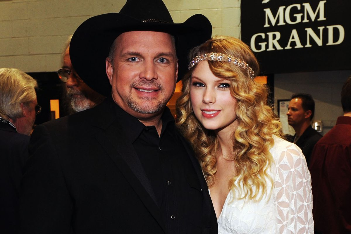 Taylor Swift and Garth Brooks at the 2009 American Country Music Awards