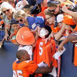 Broncos CB Chris Harris Jr. makes a little fan's day by signing her Broncos merch.