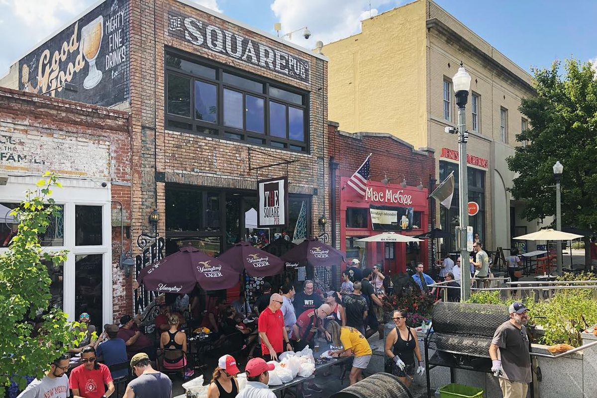 A crowd of people outside of Square Pub in Decatur smoking barbecue