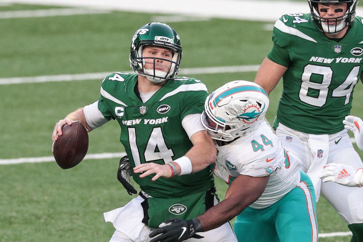 Miami Dolphins outside linebacker Elandon Roberts (44) sacks New York Jets quarterback Sam Darnold (14) during the second half at MetLife Stadium.