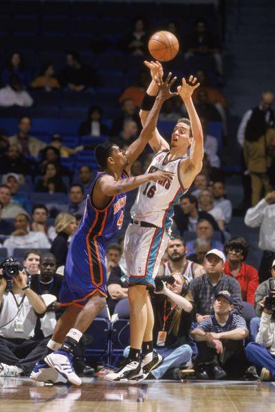 Pau Gasol #16 of the Memphis Grizzlies shoots.