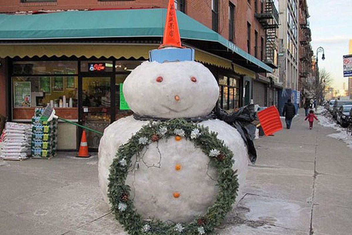 "Image via <a href=""http://www.boweryboogie.com/2011/01/essex-street-snowman-completed/?utm_source=feedburner&amp;utm_medium=feed&amp;utm_campaign=Feed%3A+BoweryBoogieALowerEastSideChronicle+%28Bowery+Boogie+%7C+A+Lower+East+Side+Chronicle%29&amp;utm"