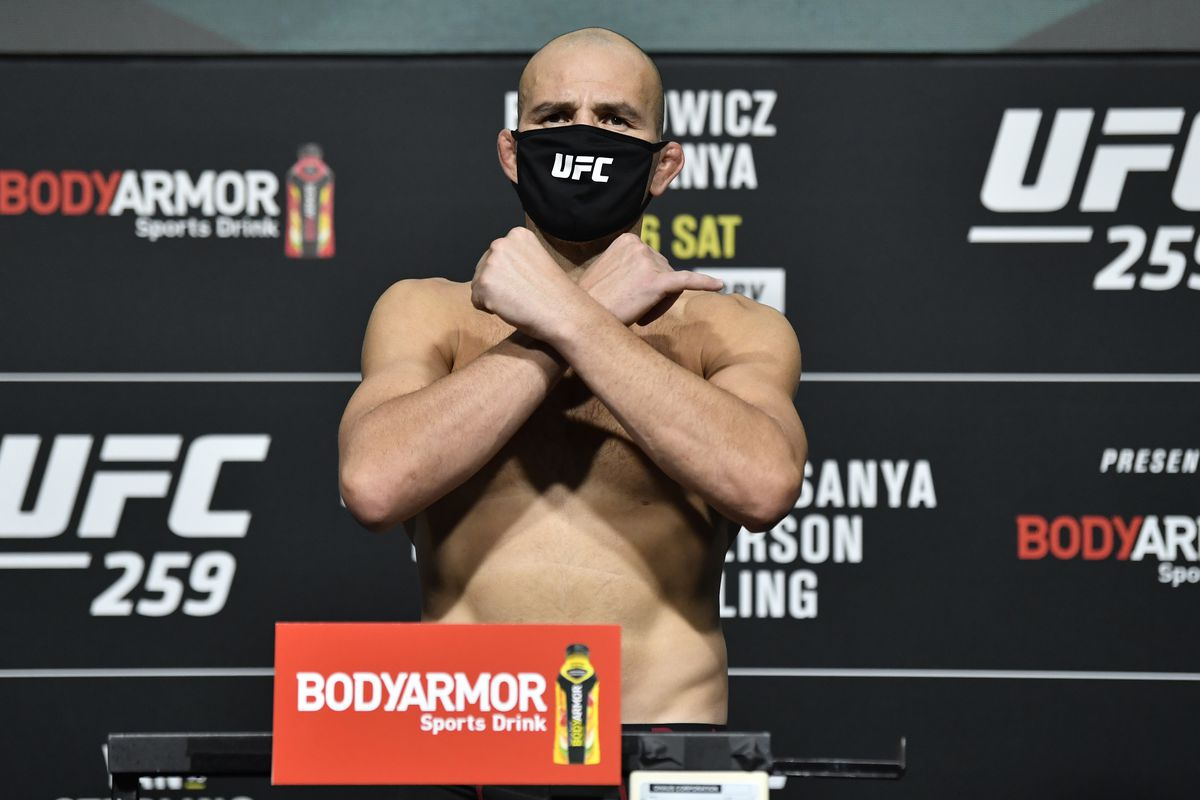 Glover Teixeira is set to face Jan Blachowicz at UFC 267.