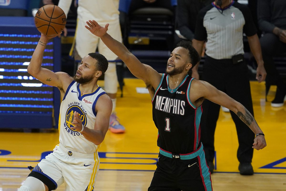 Golden State Warriors guard Stephen Curry, left, shoots against Memphis Grizzlies forward Kyle Anderson on May 16, 2021.